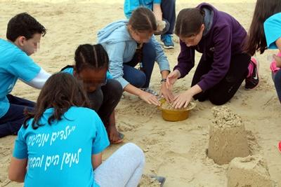 הרשת הירוקה: למידה חוץ כיתתית, ילדים בחוף הים