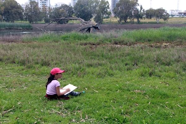 הרשת הירוקה: למידה משמעותית - ילדה מציירת בטבע