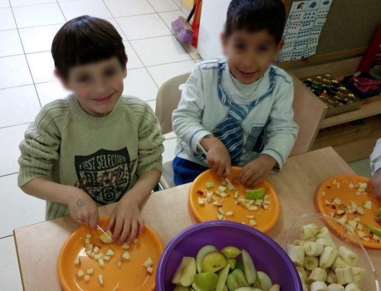 ילדים מכינים סלט פירות
