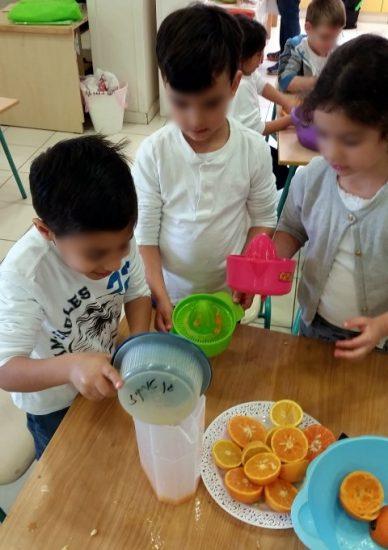 ילדים סוחטים מיץ תפוזים