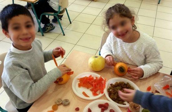 ילדים ופירות יבשים