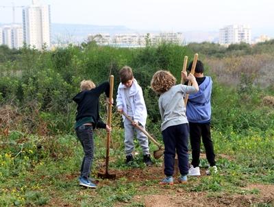 ילדים עובדים בגינה