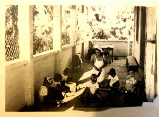 גננת עם ילדים המרפסת