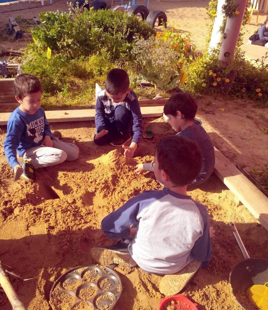 ילדי גן טורקיז בארגז החול