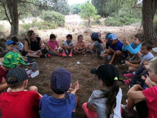 ילדים יושבים במעגל