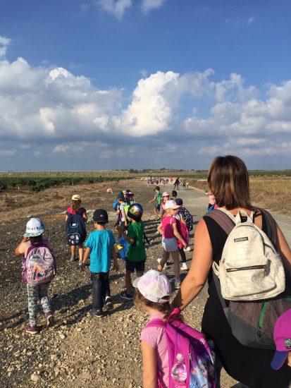 תלמידים הולכים בשדה