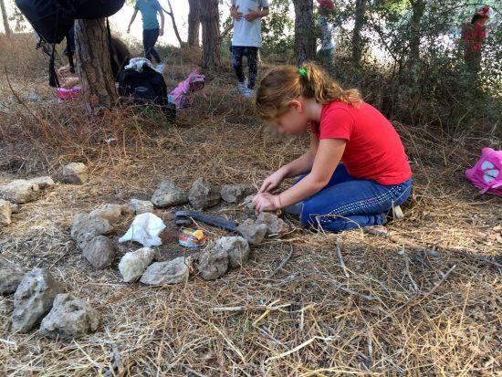 ילדה מסדרת אבנים