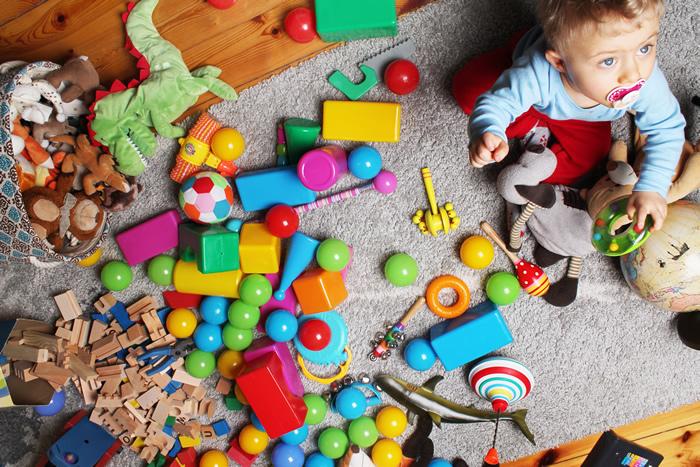 הרשת הירוקה: למידה משמעותית -תינוק בחדר מלא צעצועים