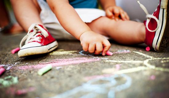 ילד מצייר בגירים
