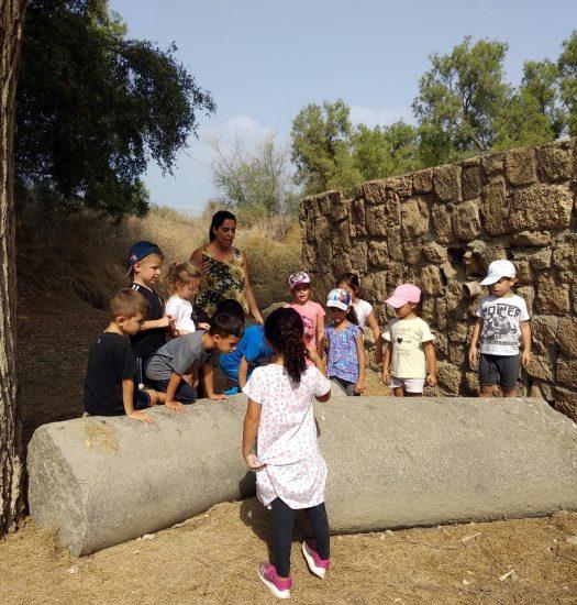 ילדים מסיירים בעתיקות אשקלון