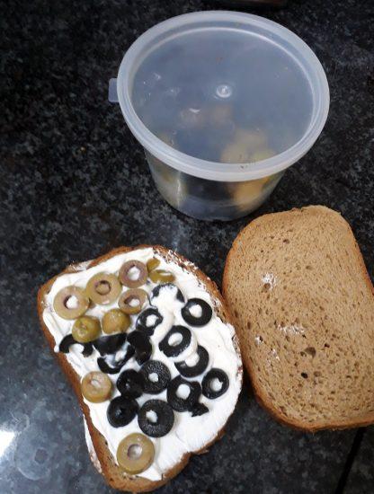 פרוסת לחם עם זיתים