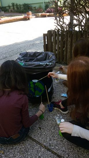 תלמידים מקשטים את הפחים