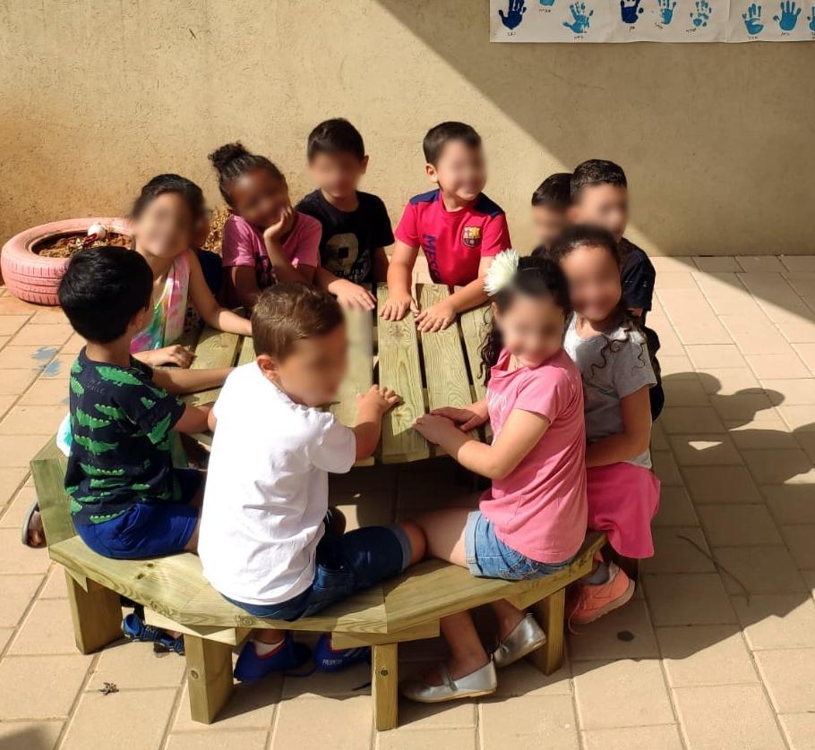 ילדי גן סביב שולחן