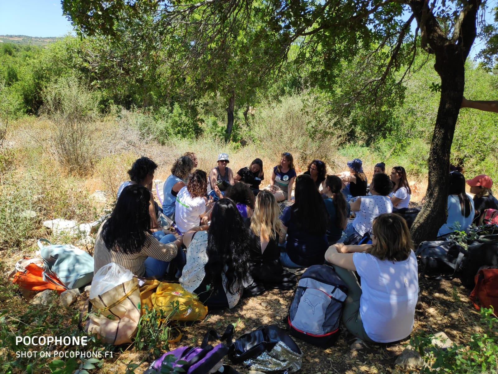 הרשת הירוקה: תלמידים יושבים במעגל ביער