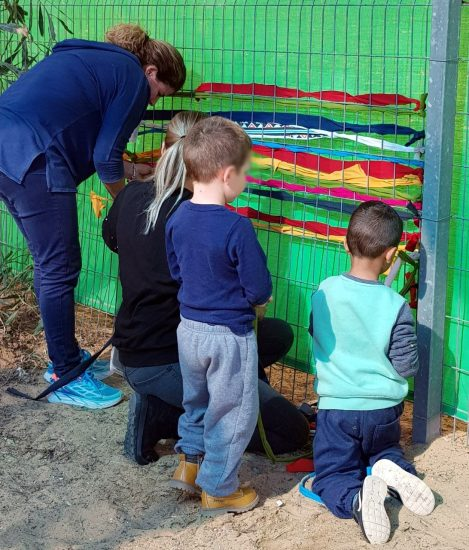 ילדים לומדים אריגה בגן