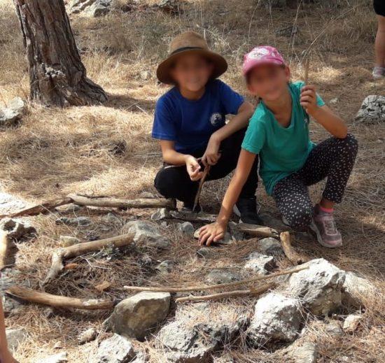 תלמידים מבלים ביער