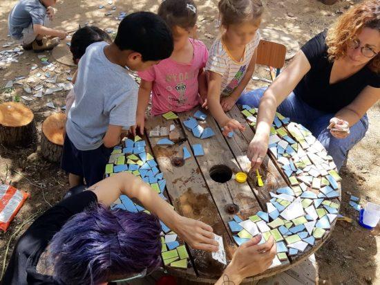ילדים יוצרים פסיפס בגן