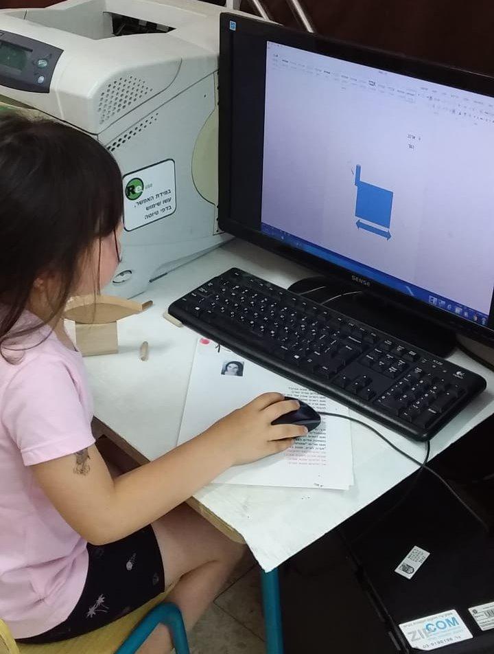 הרשת הירוקה: ילדה מול מחשב