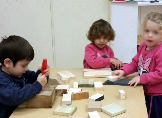 ילדים בפינת הנגרות