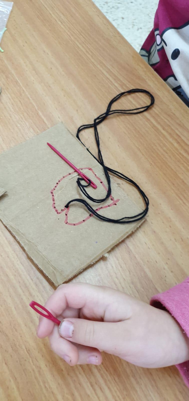 ללמוד לתפור עם מחט פלסטיק