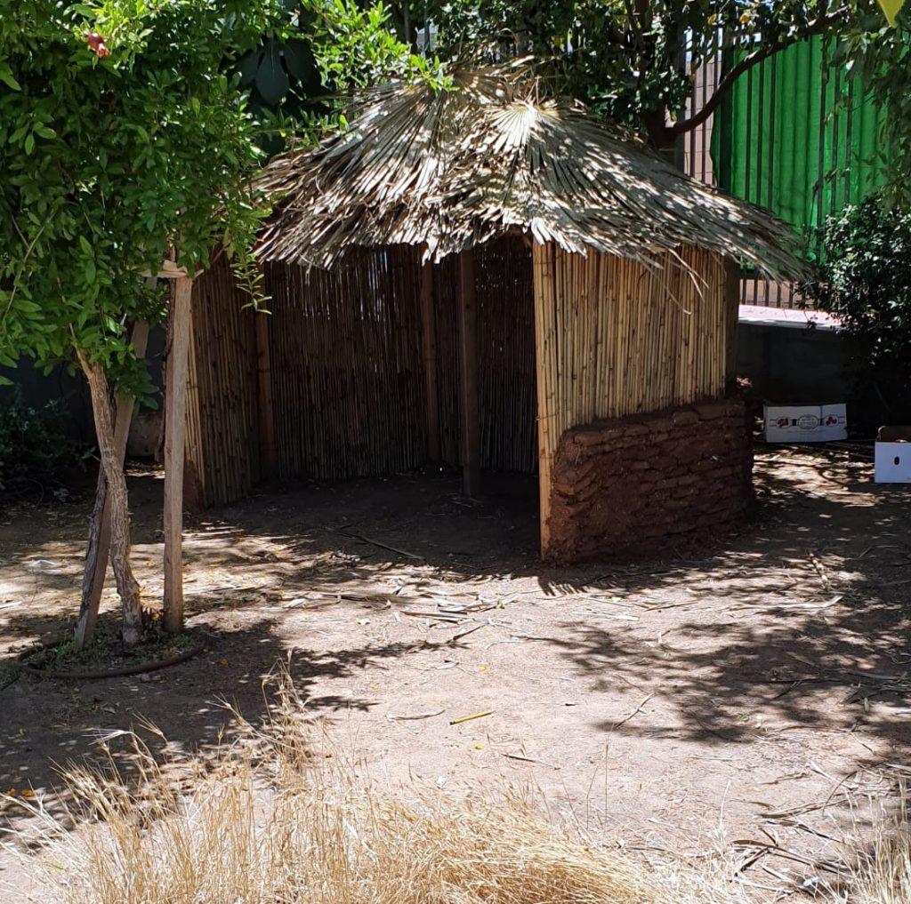 הרשת הירוקה: בקתת קש ובוץ בגן