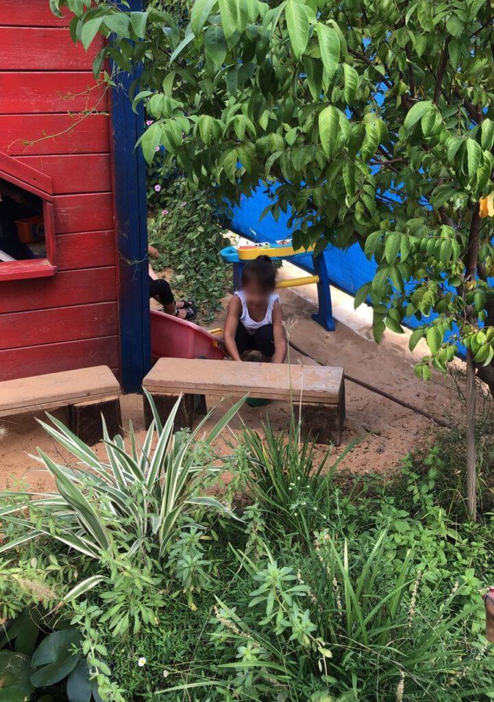 משחק בחצר הירוקה בגן הילדים